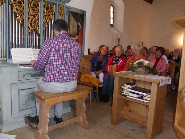Meiser an Orgel Kirche Arosa