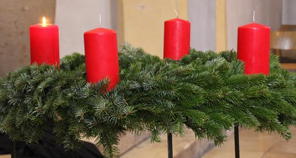Die erste Kerze am Adventskranz
