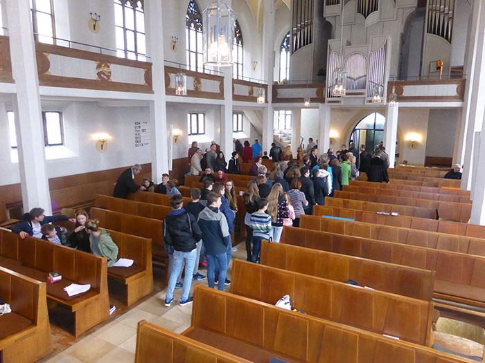 Bewegung im Kirchenschiff