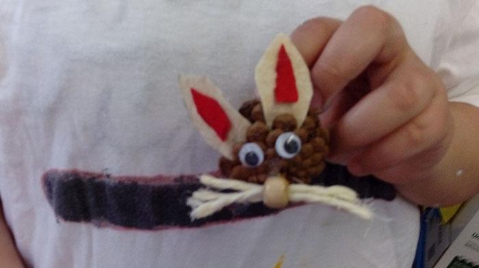 Hase aus Tannenzapfen April 16