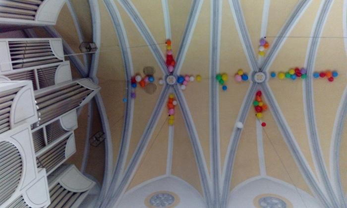 Orgel-mit-Luftballons-an-Decke