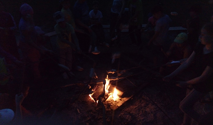 Lagerfeuer-mit-Stockbrot-im-Zeltlager