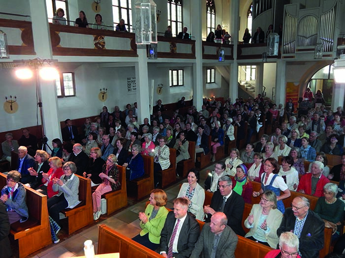 Benefizkonzert-Blick-von-vorne-mit-dem-Gospelchor-Kösching-für-Förderverein-Frauen-beraten