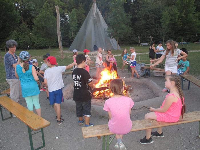 Lagerfeuer beim Zeltlager