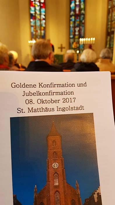 Programmheft und Blick nach vorne in der Kirche
