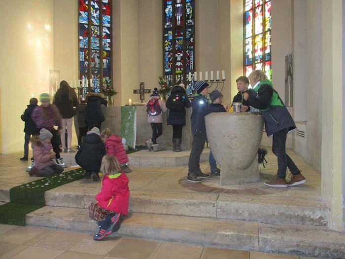 Altarraum mit Kindern