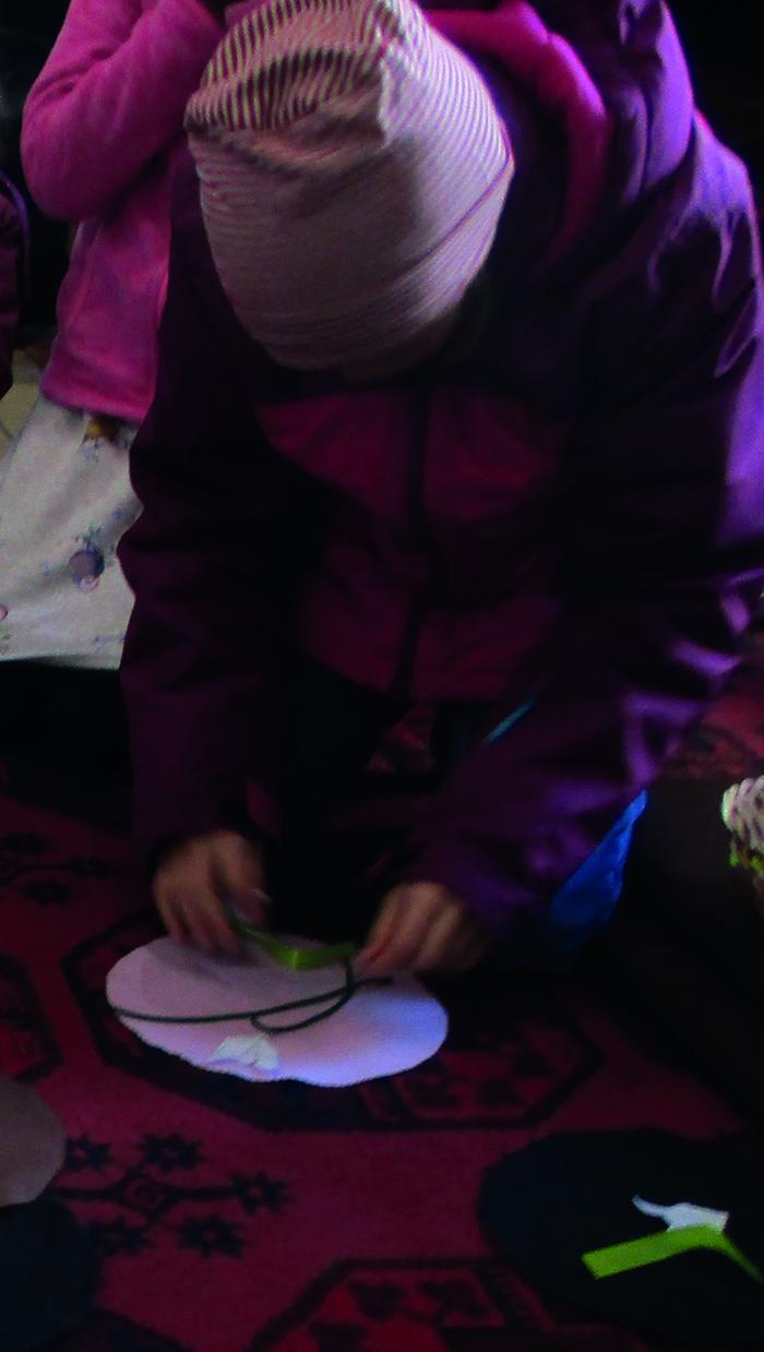 Mächen legt Schneeglöckchen