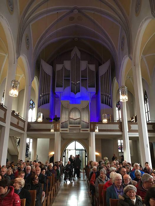 Blick in die Matthäuskirche und auf die Orgel mit Schlagzeuger