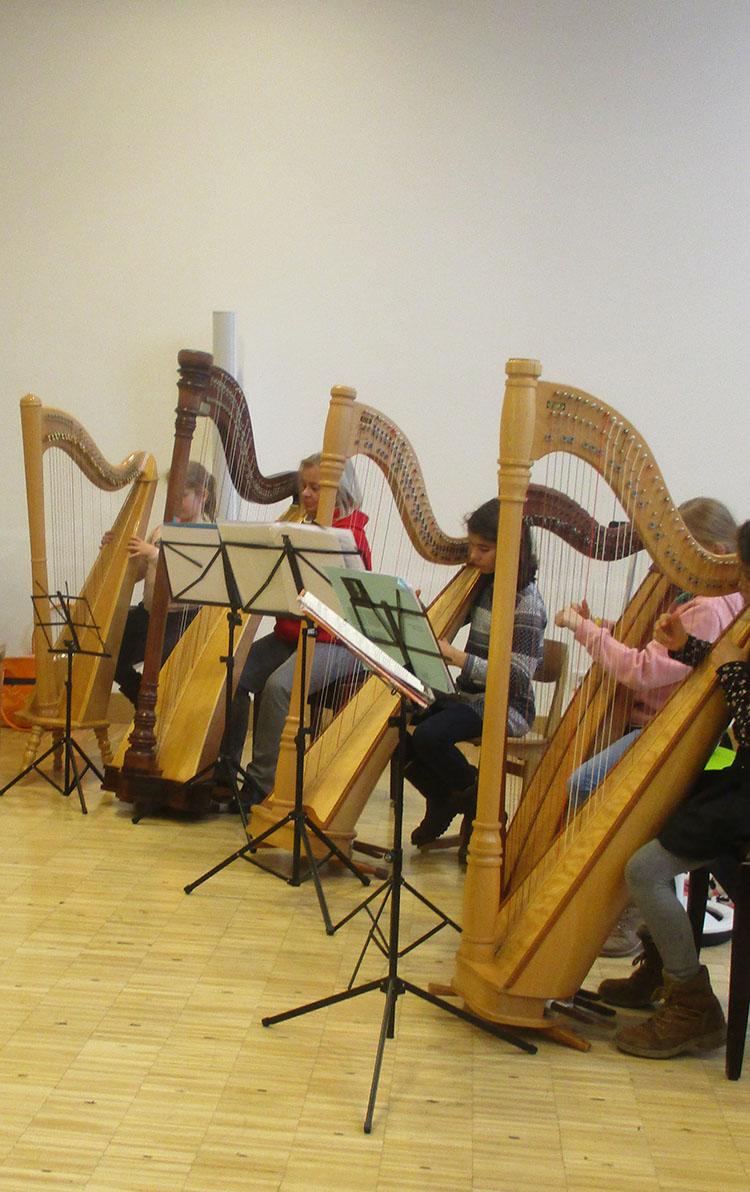Vier Musikerinnen an ihren Harfen