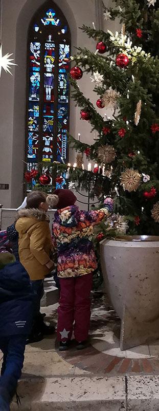 Kinder-zum-Baum