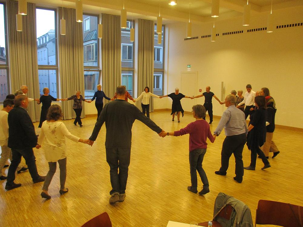 Erste Tanzschritte im Kreis