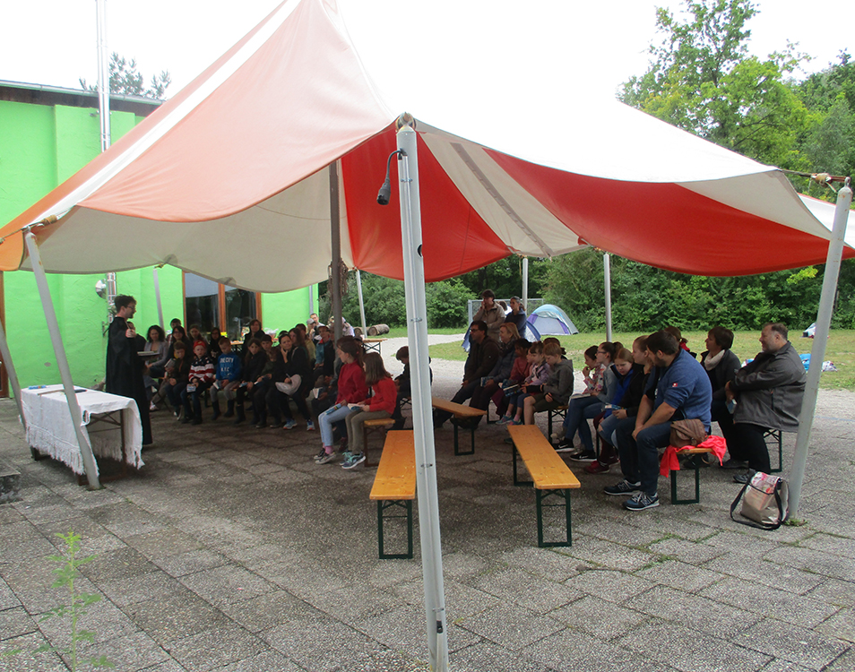 Zeltlagergottesdienst unter Zeltdach