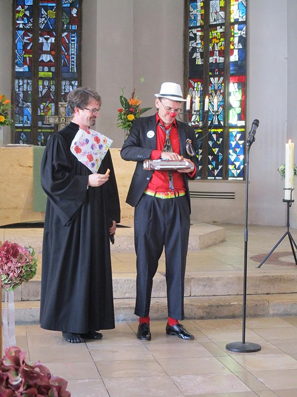 Clown und Pfarrer stärken sich
