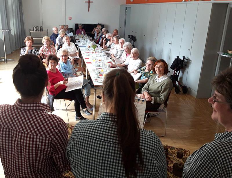 DIe Gäste beim Seniorentreff mit Alpenglockenverein-Musikern