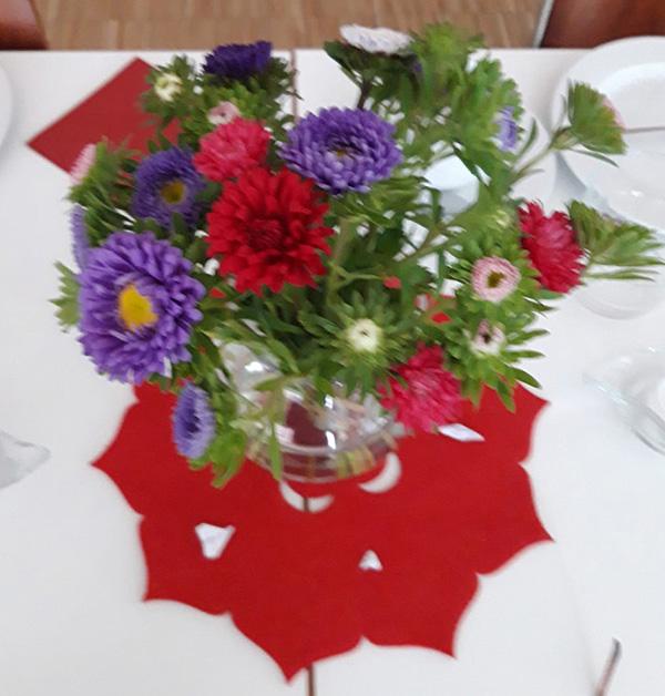 Tischschmuck beim Seniorentreff