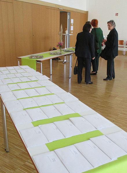 Urkunden und Anstecksträußlein im Martin-Luther-Saal
