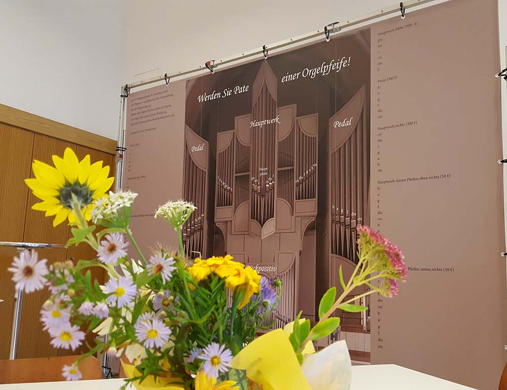 Blumen und Orgelleinwand M-L-Saal