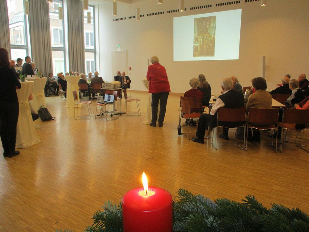 Frau Gröschler erklärt den Einbau der neuen Orgel