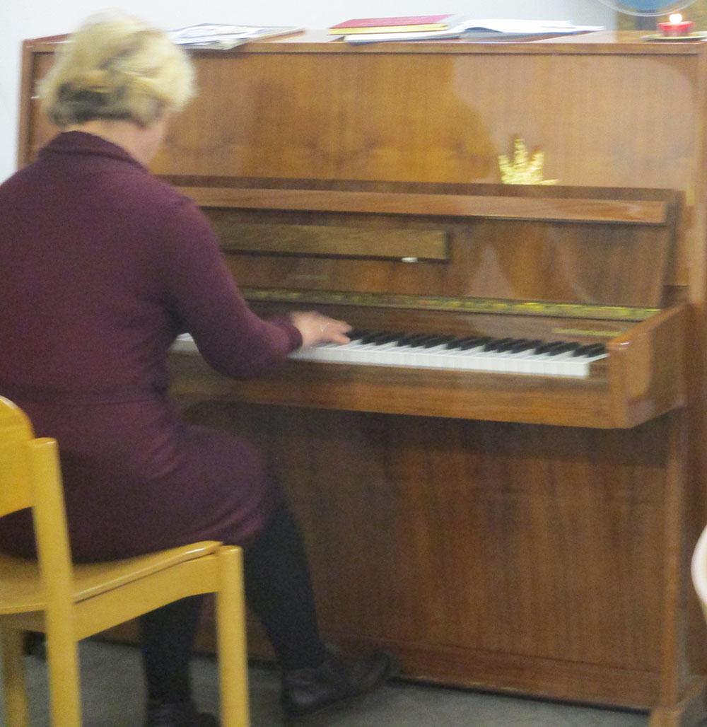 Frau Kraft am Klavier