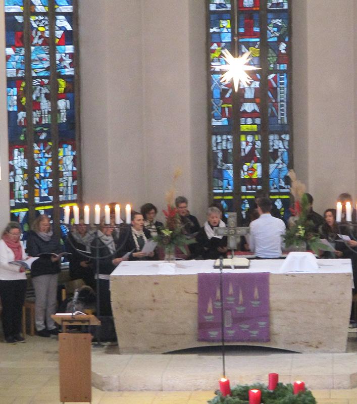 Gospelprojekt-Chor mit Adventskranz