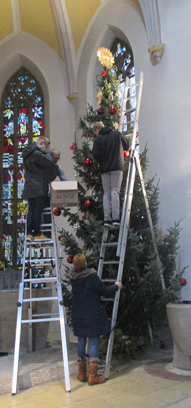 Schmücken des Weihnachtsbaums