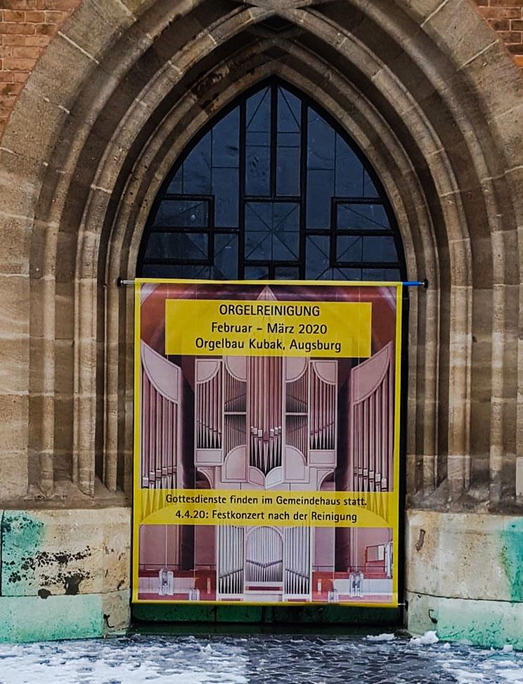 Banner vor der Kirchentür kleiner