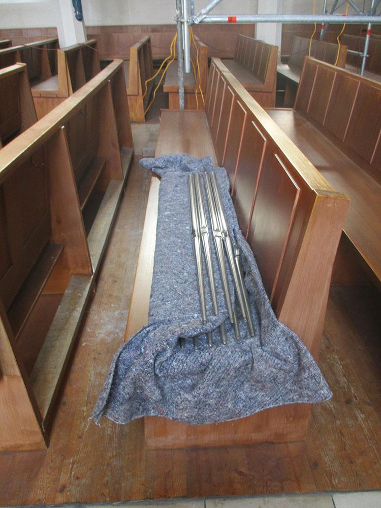 Orgelpfeifen auf der Kirchenbank