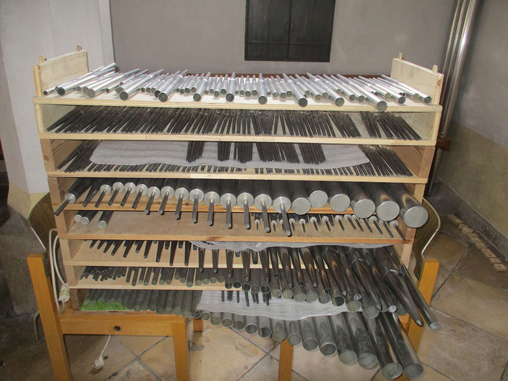 Orgelpfeifen im Regal aufgereiht