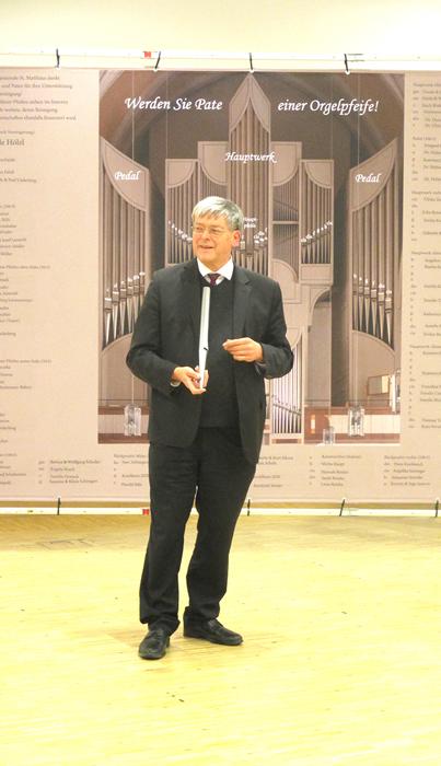 Herr Meiser erklärt die Orgel