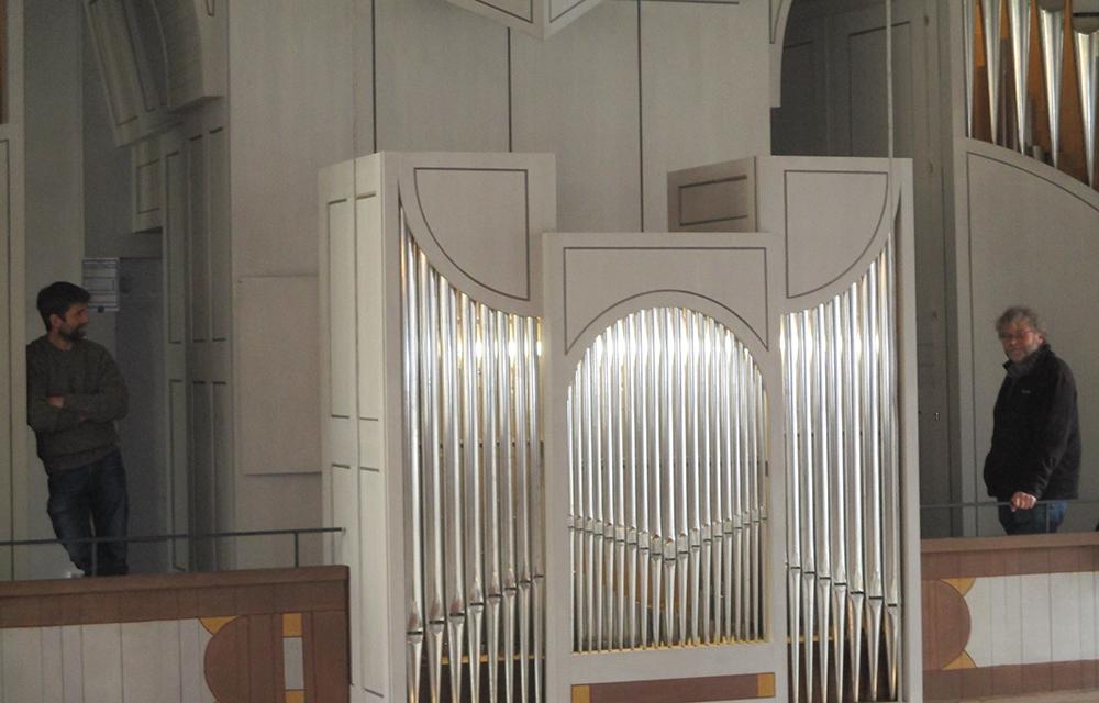 Herr Hackl und Herr Knöpfler, Orgelbauer vor der Orgel