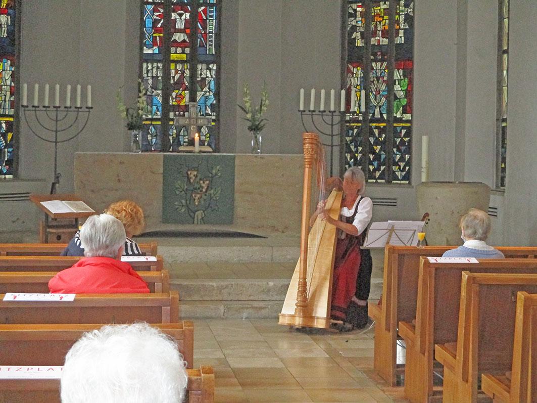 Frau Anni König an der Harfe