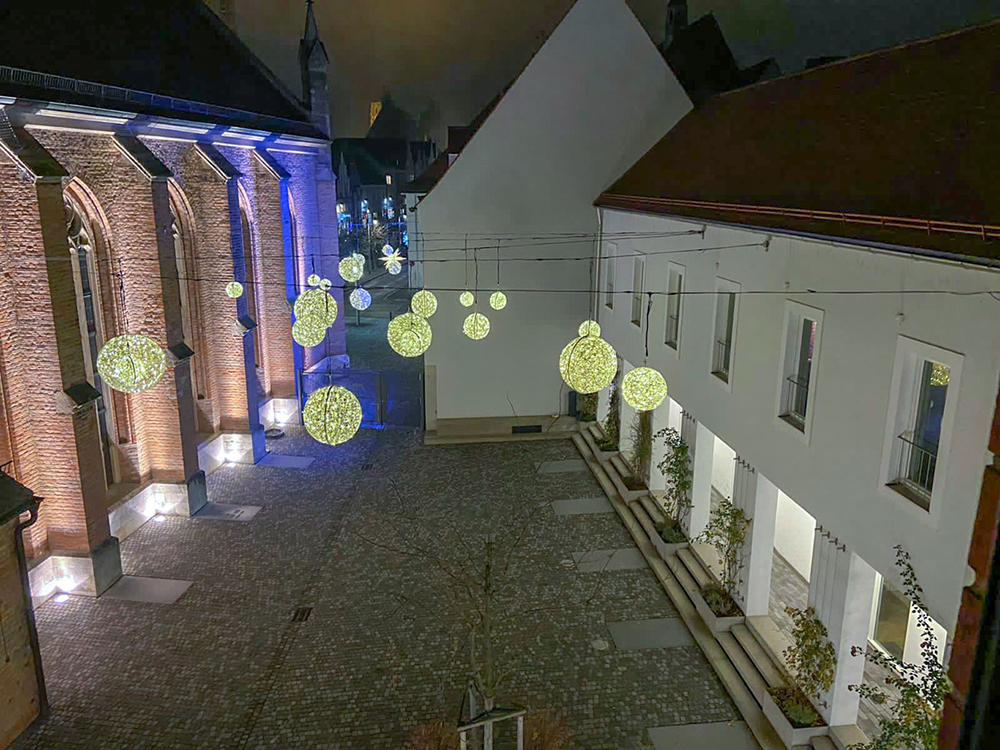 Innenhof Ende November mit Weihnachtsbeleuchtung