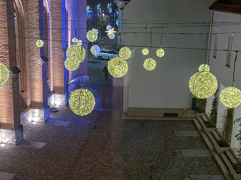 Innenhof Ende November mit Weihnachtsbeleuchtung II