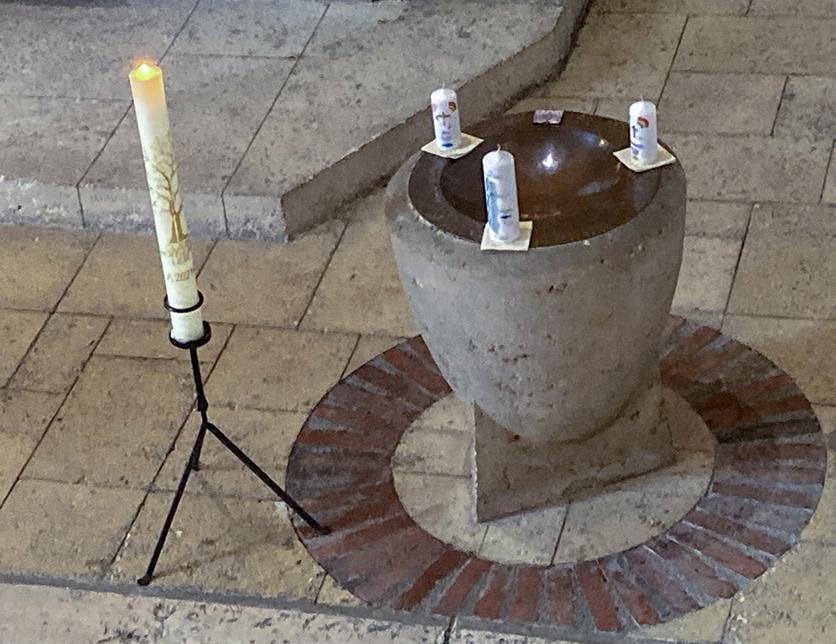 Taufstein mit Kerzen