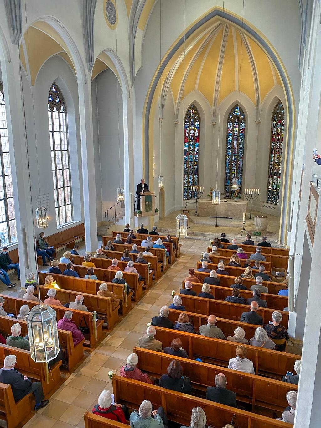 Kirchenschiff bei Predigt